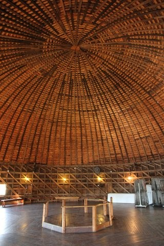 "L'impressionnante charpente de la ""Round Barn"" (photo CC Flickr/Travel Aficionado)"