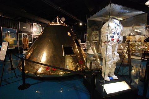 Capsule Apollo et combinaison d'astronaute.