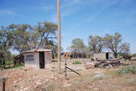"""Des """"toilettes modernes"""" en plein désert à Endee, au Nouveau-Mexique !"""