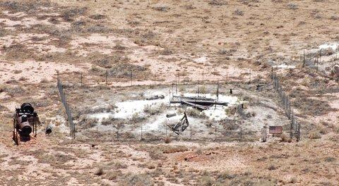 Au fond du cratère, on distingue encore les traces des infructueuses recherches de Daniel Barringer. Notez également la silhouette d'astronaute, qui rappelle que l'équipage d'Apollo s'est entraîné ici.