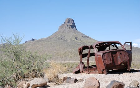 Une carcasse de voiture le long de la Oatman Highway.