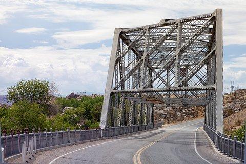 Ce pont métallique datant des années 1930 traverse la rivière Mojave juste avant Victorville