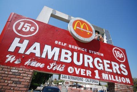 L'enseigne du tout premier restaurant McDonald's, à San Bernardino.