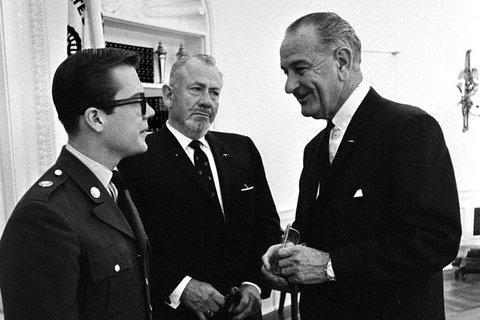 John Steinbeck (au centre) et son fils avec le président Lyndon Johnson (1966)