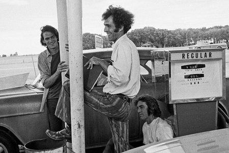 """James Taylor, Monte Hellman et Dennis Wilson sur le tournage de """"Macadam à deux voies"""""""